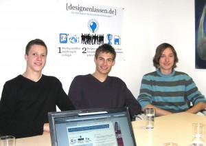 Michael Ammon (Sponsorenakquise) und Matthias Groo (Community-Arbeit) von Sculio sprachen mit Philipp Nowatschin, designenlassen-Praktikant, (v.l.) über ihre Geschäftsidee und ihren Logo-Wettbewerb