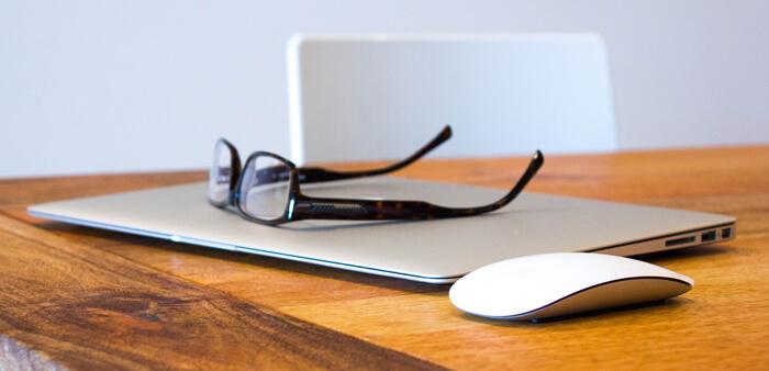 Schreibtisch Workspace Maus Laptop Brille