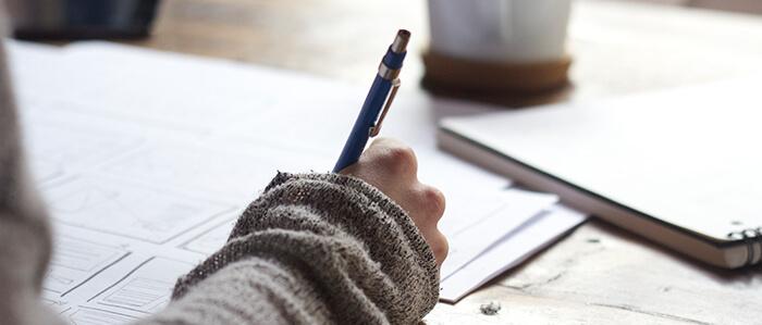 Scribblen mit dem Stift auf Papier