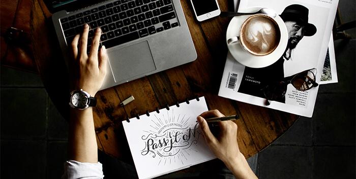 Designer mit Lettering, Typographie und Computer arbeitet